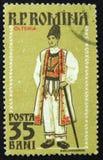 罗马尼亚邮票显示地方服装, Oltenia,大约1958年 库存图片