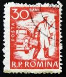 罗马尼亚邮票显示救护车汽车和医生,大约1960年 库存图片