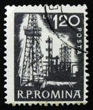 罗马尼亚邮票显示石油炼厂,大约1960年 库存照片