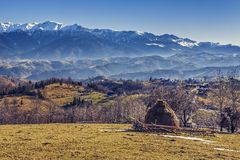 罗马尼亚高山农村风景 免版税库存照片