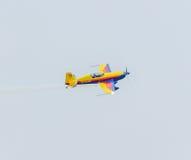 罗马尼亚鹰合作有他色的飞机训练的飞行员在蓝天 库存图片