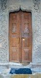 罗马尼亚,布加勒斯特,与圣徒的老教会门在木头雕刻了 免版税库存图片