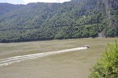 罗马尼亚, 6月7日:在多瑙河的运输者船Cazane峡谷的,罗马尼亚 免版税库存图片