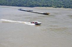 罗马尼亚, 6月7日:运输者货物驳船和船在多瑙河Cazane的狼吞虎咽,罗马尼亚 库存图片