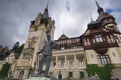 罗马尼亚, Peles的城堡的纪念碑前面的费迪南德国王 库存照片