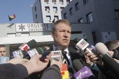 罗马尼亚总统参观受伤布加勒斯特Colectiv夜总会火 库存图片