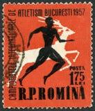罗马尼亚- 1957年:展示赛跑者,雄鹿,系列国际运动集会,布加勒斯特 库存图片