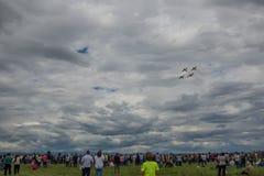 罗马尼亚4月17日2017年普洛耶什蒂,飞行在与暴风云的人群的4架飞机形成在背景中 免版税库存照片