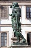 罗马帝国皇帝康斯坦丁的古铜色雕象在米兰,意大利 库存图片