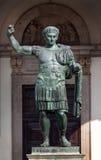 罗马帝国皇帝康斯坦丁的古铜色雕象在米兰,意大利 免版税库存图片