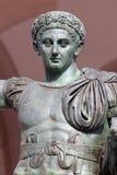 罗马帝国皇帝康斯坦丁的古铜色雕象在米兰,意大利 免版税库存照片