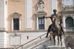 罗马帝国皇帝马尔库斯・奥列里乌斯的古铜色马雕象在美国国会的 库存图片