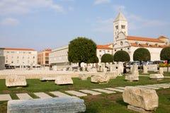 罗马广场和圣玛丽的教会在扎达尔 免版税库存照片
