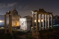 罗马广场在夜,罗马,意大利之前 免版税库存照片