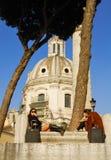 罗马广场的两个女孩,罗马` S历史的中心,意大利 图库摄影