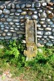 罗马废墟在老Christin教会IV世纪的庭院里在村庄Densus,特兰西瓦尼亚,罗马尼亚 免版税图库摄影