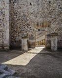 罗马废墟墙壁门 免版税库存图片
