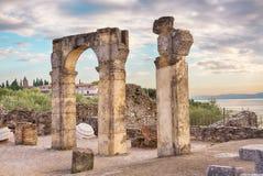 罗马废墟Grotte在西尔苗内,加尔达湖,北意大利的di Catullo或洞穴 免版税库存照片
