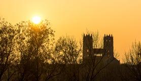 罗马式在日落的大教堂剪影 免版税库存图片