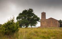 罗马式教会Sant茱莉亚de Uixols风雨如磐的天空 免版税库存图片