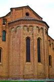 罗马式砖教会窗口  免版税库存照片