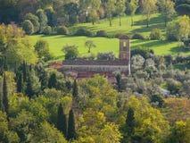 罗马式Valdicastello皮耶特拉桑塔视图的教区教堂从 库存照片