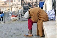 罗马意大利2015年11月15日:无家可归的人,象被生动描述的一个 免版税图库摄影