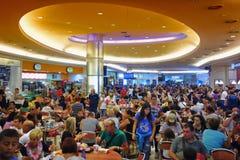 罗马意大利2015年8月- Crowded在购物中心的吃区域 库存图片