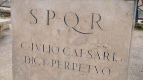 罗马文字和浅浮雕皇家时代考古学意大利 股票 在墙壁上的SPQR题字 库存图片