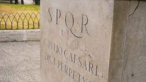 罗马文字和浅浮雕皇家时代考古学意大利 股票 在墙壁上的SPQR题字 免版税库存照片
