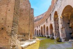 罗马斗兽场内部段落在晴天 免版税库存图片