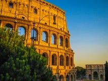 罗马斗兽场和康斯坦丁曲拱在罗马,意大利 库存图片