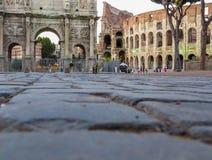 罗马斗兽场和康斯坦丁曲拱在罗马,意大利 免版税库存图片