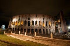 罗马斗兽场在夜,罗马,意大利之前 图库摄影