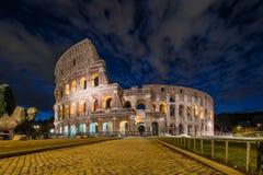 罗马斗兽场在夜,罗马,意大利之前 免版税库存图片