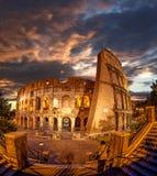 罗马斗兽场在晚上时间,罗马,意大利 库存图片