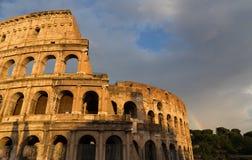 罗马斗兽场在罗马在与彩虹的天之前 库存图片