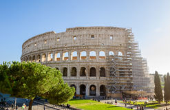 罗马斗兽场外部与脚手架在一晴朗的秋天天 图库摄影
