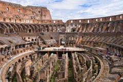 罗马斗兽场的人们在罗马,意大利 免版税库存照片