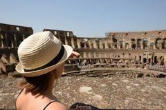 罗马斗兽场的妇女 库存图片