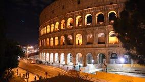 罗马斗兽场的瞥见在晚上,在罗马 股票录像