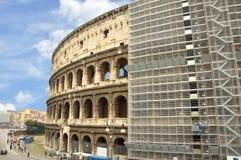 罗马斗兽场整修,报道在脚手架 免版税库存照片