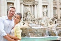 罗马旅行-在爱的夫妇在Trevi喷泉 免版税图库摄影