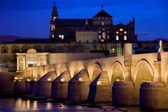 罗马桥梁和梅斯基塔在科多巴在黎明 免版税库存图片
