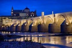 罗马桥梁和清真寺大教堂在科多巴 库存照片