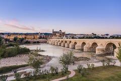 罗马桥梁在科多巴,安大路西亚,南西班牙 库存照片