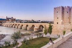 罗马桥梁在科多巴,安大路西亚,南西班牙 免版税图库摄影