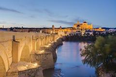 罗马桥梁在科多巴,安大路西亚,南西班牙 免版税库存图片