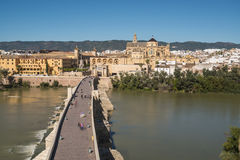 罗马桥梁在科多巴,安大路西亚,南西班牙 免版税库存照片