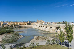 罗马桥梁在科多巴,安大路西亚,南西班牙 图库摄影